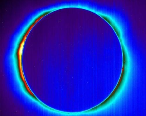 离地5万英尺的日食红外线照片,日冕清晰可见。(图片来源:NASA)