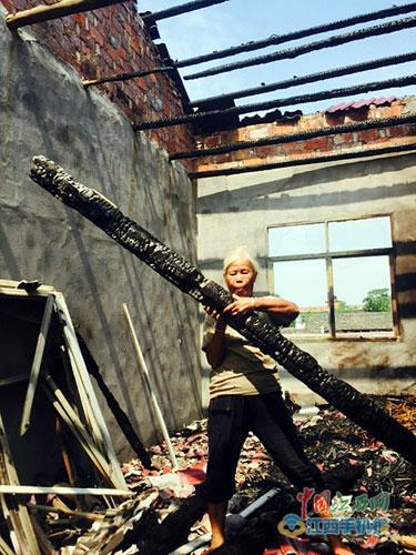 屋顶遭雷击一片狼藉 本报记者徐黎明摄