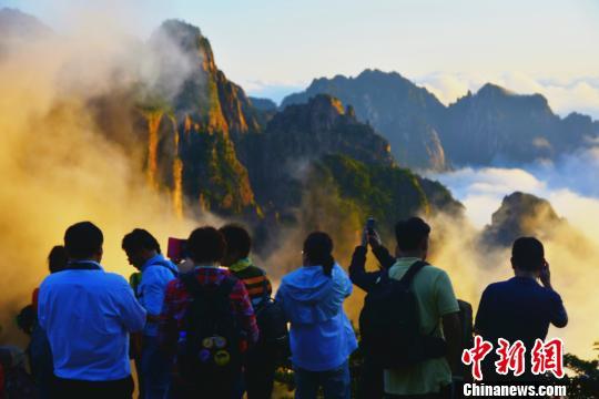 9月7日傍晚,黄山雨后放晴,首现入秋以来的云海景观,游客们纷纷拍照留念。 汪洋 摄