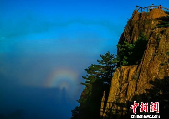 9月7日傍晚,黄山雨后放晴,首现入秋以来的佛光景观。 李金刚 摄