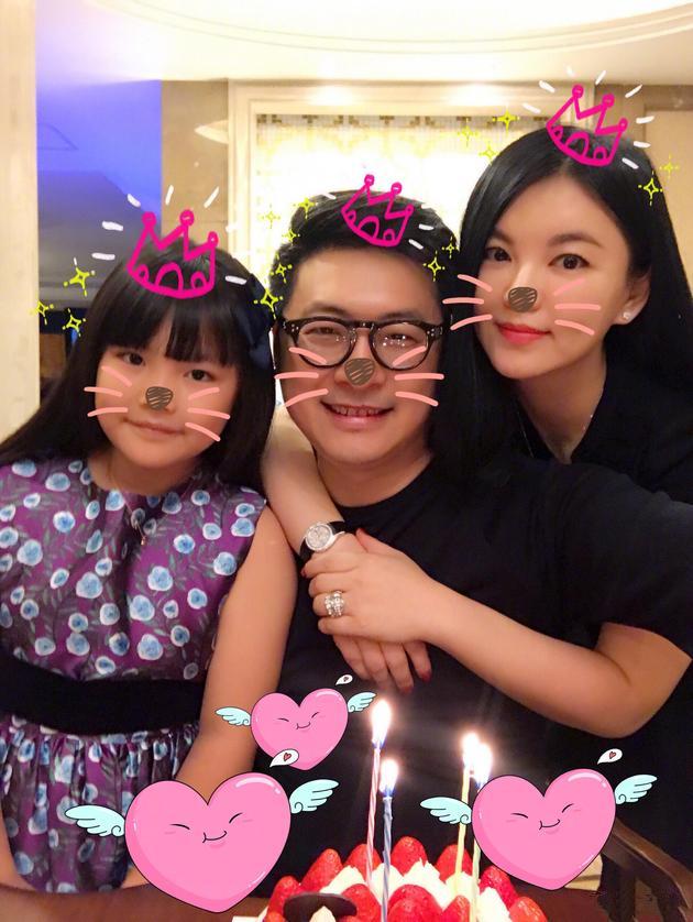 王岳伦生日晒合影 称:有娘俩的陪伴最幸福(图)