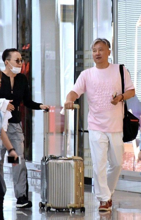 56岁宋丹丹现身机场苍老无人识 网友:发型亮了!
