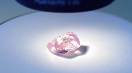 俄钻石公司发现罕见粉红巨钻 27.85克拉近无杂质