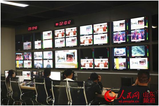 来自全球各地的20路直播信号同时播放,工作人员紧张有序的进行页面切换。