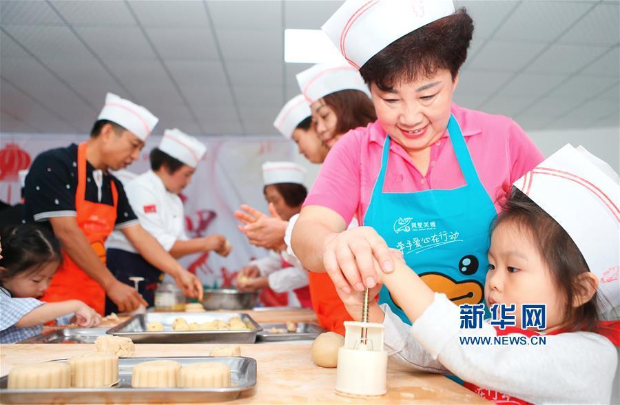 山东即墨:手工制月饼 欢乐迎中秋