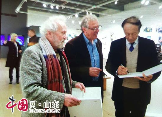 中国著名画家封思孝作为英国皇家美术家协会名誉会员出席会议(组图)