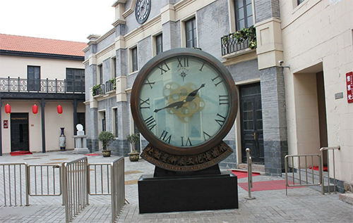 """1迎门而立的""""迎客钟"""",采用镂空透视技术,是国内最大的透视石英钟"""