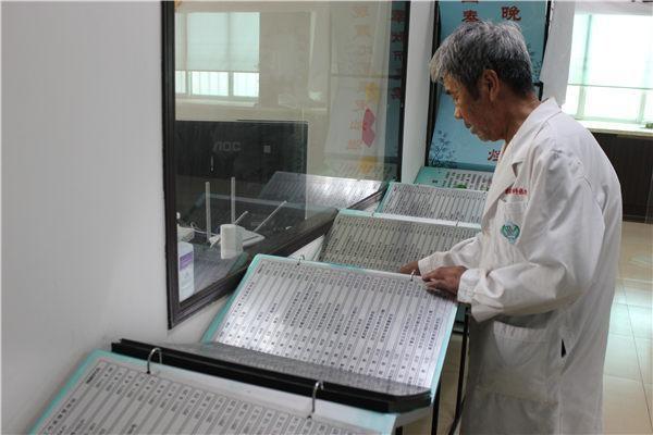 刘志在翻看捐献者名录