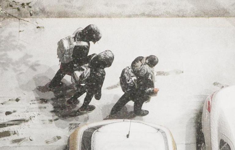 山东烟台降雪 市民踏雪而行