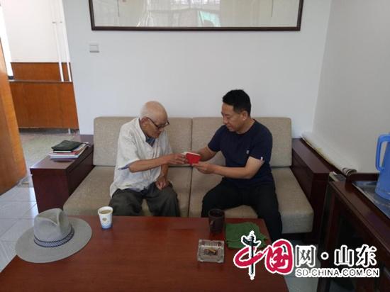 山东鱼台:多名退休老党员亲自到单位缴纳党费(图)