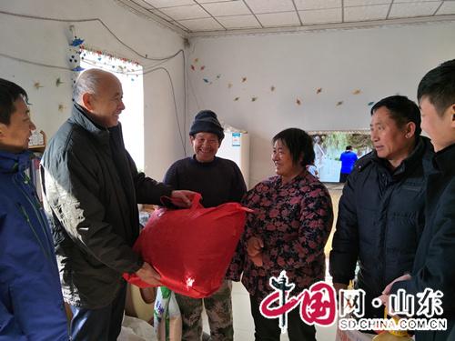 淄博淄川区机关干部给455户特困农民拜年