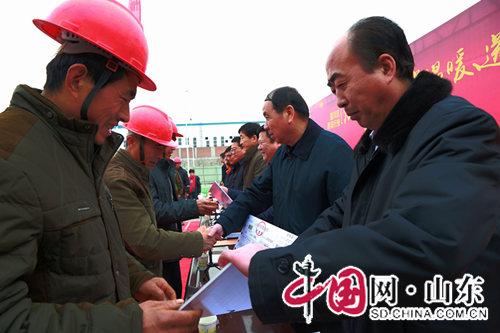 淄博淄川:困难建筑农民工领到免费返乡车票