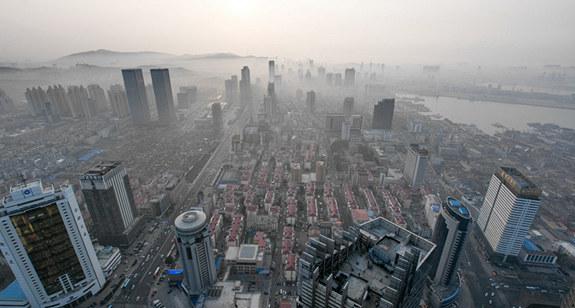 烟台现平流雾天气 城市雾气缭绕如仙境