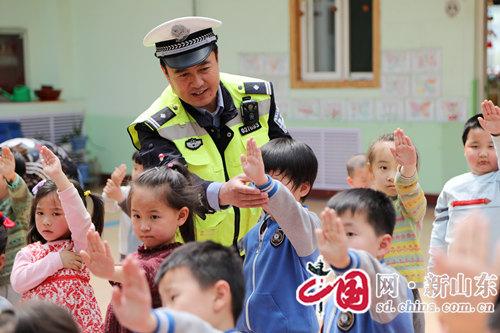 淄博:交警蜀黍进校园 交通安全传递心间