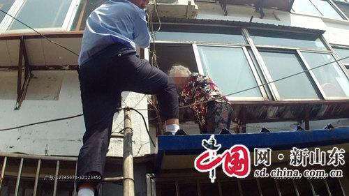 """危险!八旬老人困在二楼阳台外 感动!博山公安""""抱举哥""""鼎力助其脱险"""