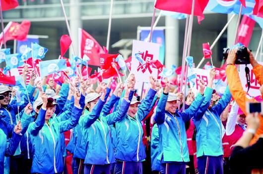 13日,志愿者正式上岗,为上合青岛峰会提供志愿服务。□白晓 张绪霞 报道