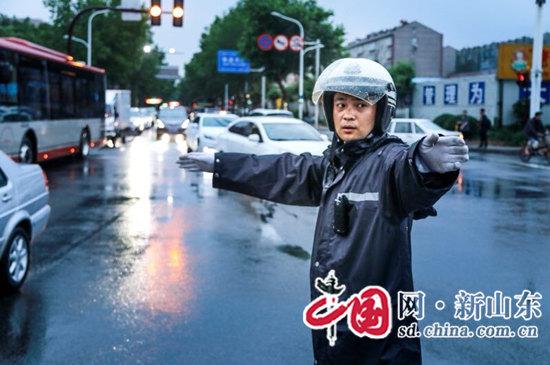淄博公安交警:强降雨天气全力保道路安全畅通