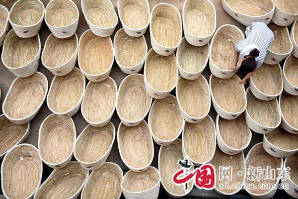 """山东郯城:""""秸秆摇篮""""助农增收(组图)"""