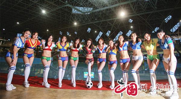 烟台女大学生花式拍照为世界杯喝彩