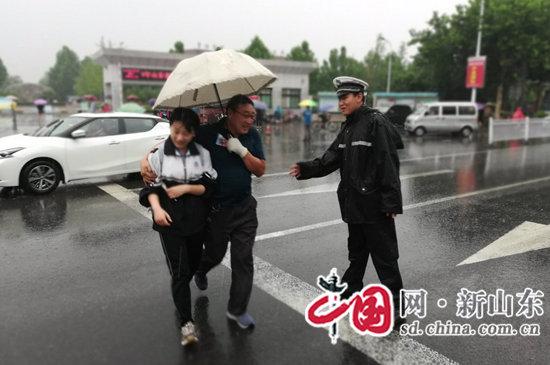 淄博公安交警雨中坚守全力维护道路安全畅通