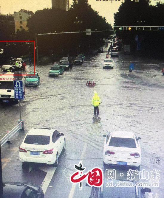 大雨无情人有情 淄博公安交警救助群众暖人心