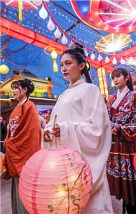 濟南:漢服女子亮相泉城夜 營造濃濃傳統文化氣氛