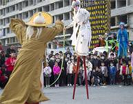 濟南:非遺表演踩高蹺再現泉城街頭